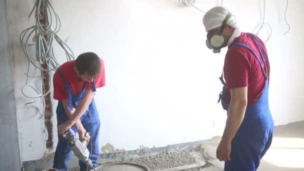 Dva pracovníci připravit směs pro podlahu