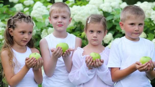 Fiúk és lányok tart alma