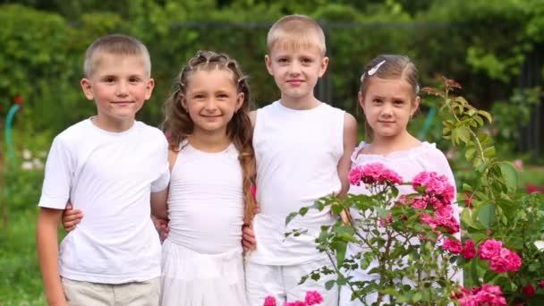 Dva kluci a dvě dívky v bílém