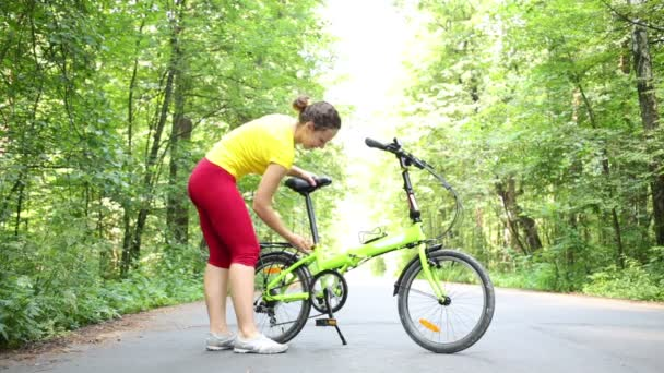 žena snižuje sídlo kolo