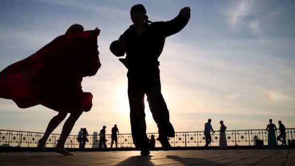 silhouette di coppia danza