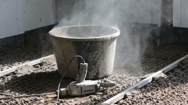 Dirty kbelík s betonem a vyvrtejte