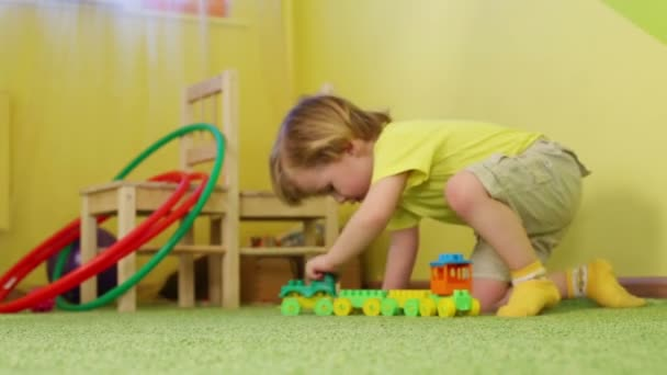 Malý chlapec hraje s hračkou