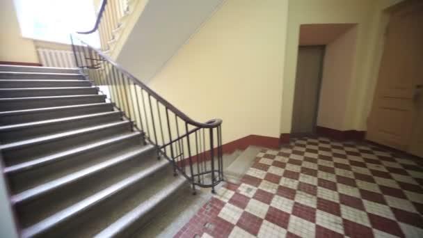 Prázdné jednoduché schodiště