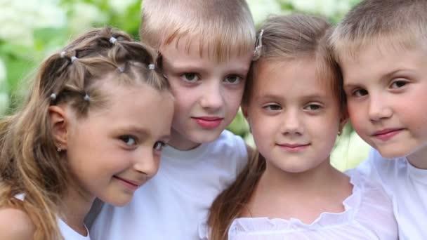 Tváře dva kluci a dvě dívky