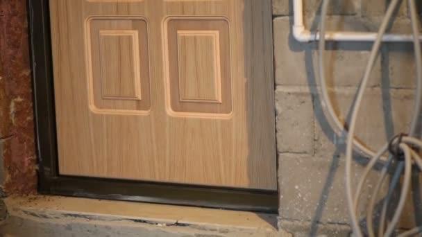 Pracovník zadá nové lehké dveře
