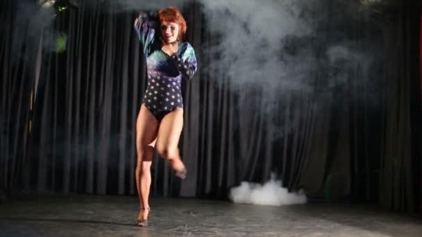 dívka v kostýmu tance na jevišti