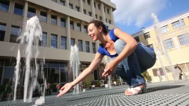 žena v modrém doteky vody
