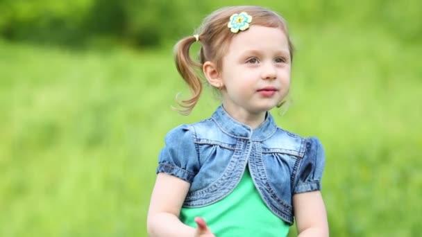 kleines lächelndes Mädchen