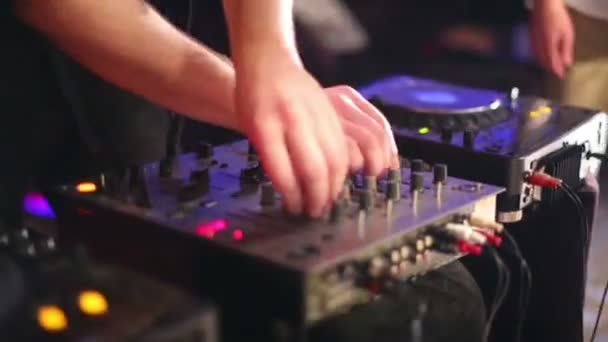 DJ v nočním klubu
