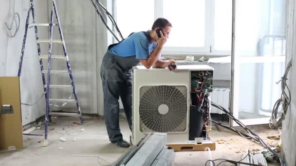 Arbeiter stellt Klimaanlage ein