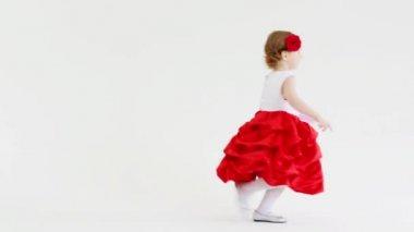 38829055fc368a Mooi meisje in een mooie jurk — Stockvideo