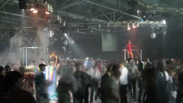 Emberek táncoltak a hab party