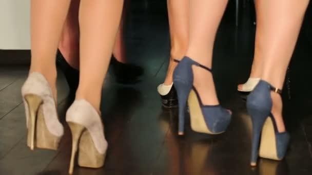 Drei paar weibliche Beine