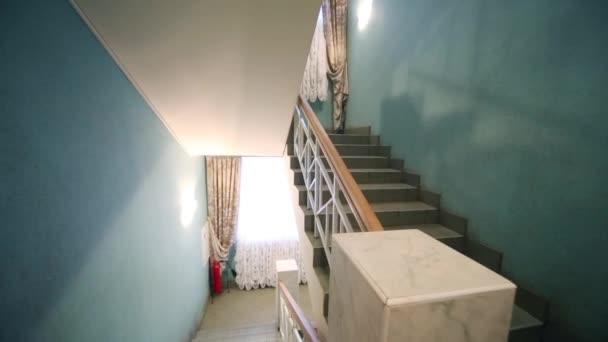 Schodiště s modrými stěnami a okny