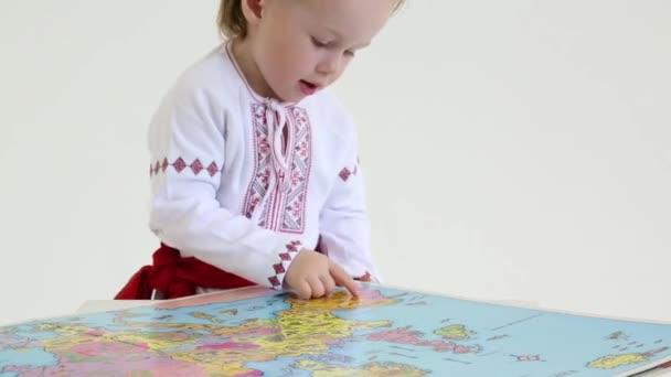 Kleine Junge in russische Tracht
