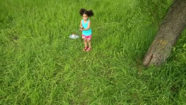 malá dívka si hraje s raketou