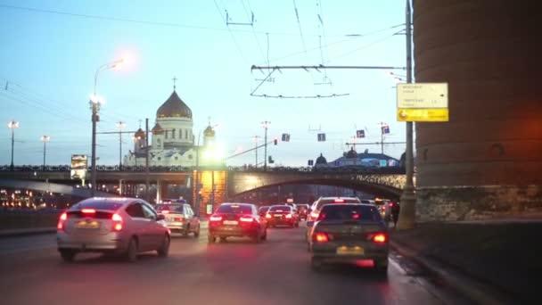 Auta se pomalu pohybuje v dopravní zácpě na ulici