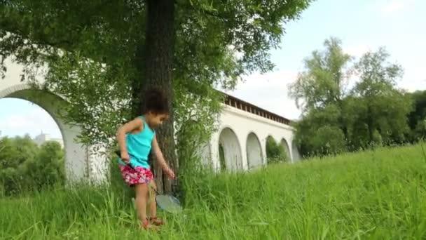 roztomilá dívka hraje s raketou