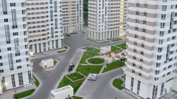 Straße zwischen den modernen Häusern