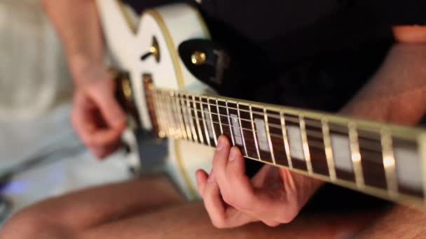 Hudebník hraje na elektrickou kytaru