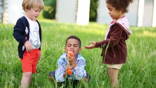 Malé holčičky a dva kluci