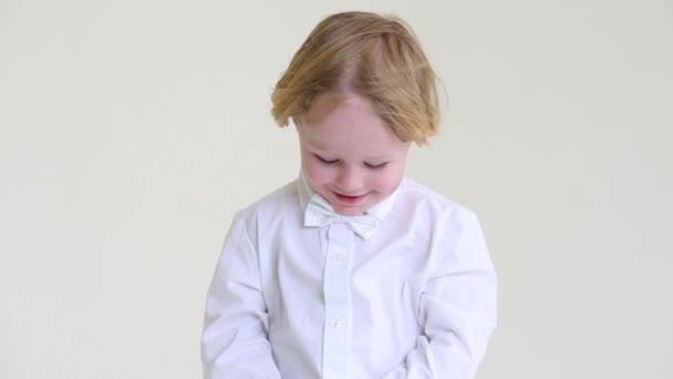 Malý Plavovlasý chlapec v bílé košili