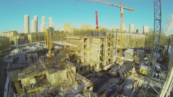 Lidé pracují na staveništi