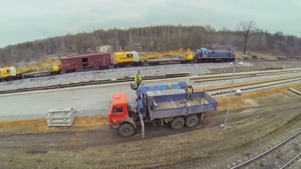 Jeřáby na vlaku a kamionu s pracovníky