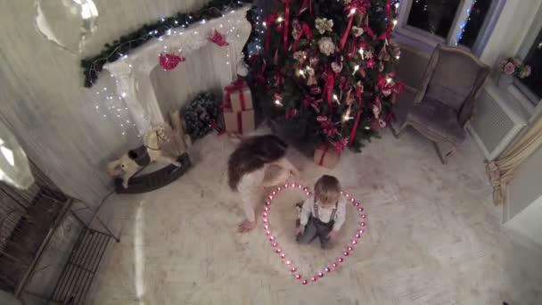 Fotograf a rodinou u vánočního stromu