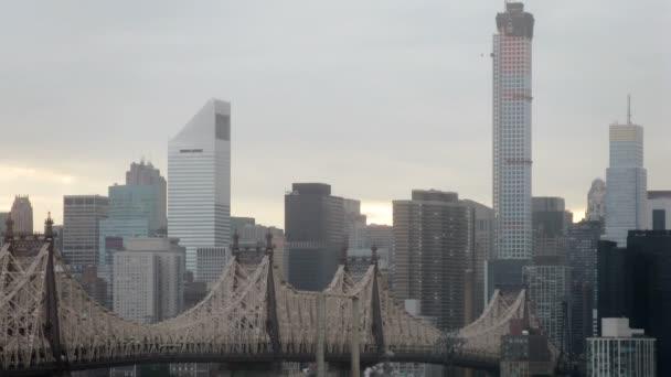 Queensboro Bridge e paesaggio urbano al giorno. Lasso di tempo