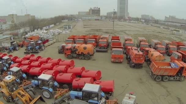 Mnoho strojů jsou v parku komunální služby