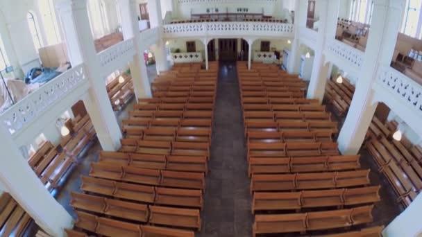 Bänke und Orgel in der Evangelisch-Lutherischen Kathedrale