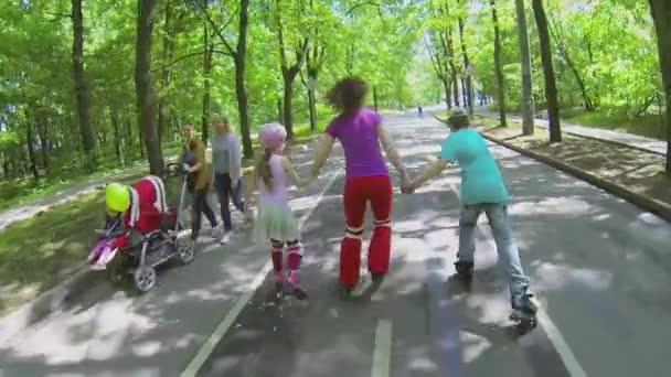 Kinder auf Rollschuhen mit Mutter