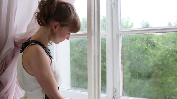 Фото красивая девуша смотряшая в окно фото 691-121