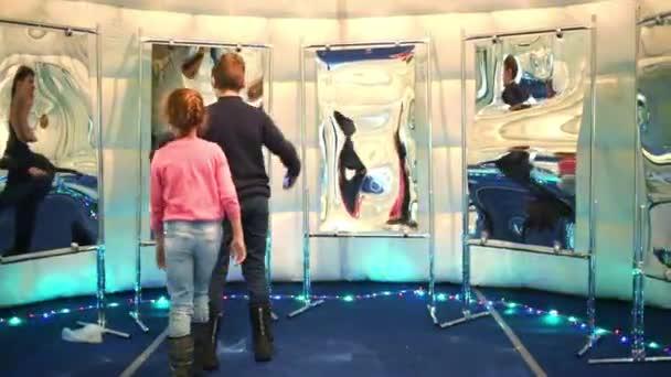 Jongen en meisje speelt in de kamer u stockvideo paha l