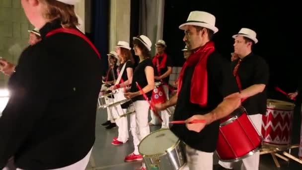 A tizenhárom fiatalok zenei csoport játék dob a színpadon