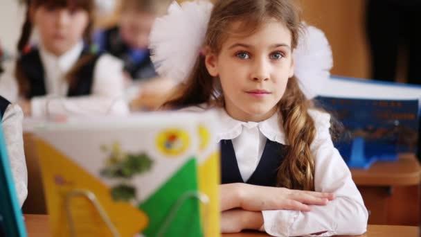 Šťastný školačka v uniformě