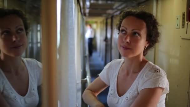 žena v železniční přepravě