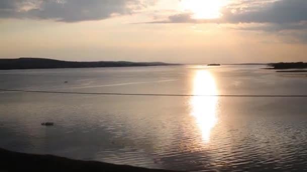 Řeka a krásný západ slunce
