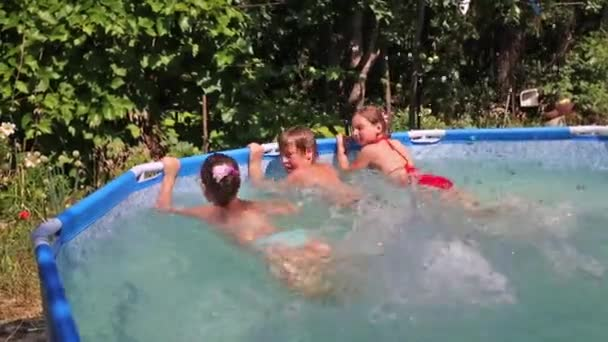 Děti v bazénu v zahradě
