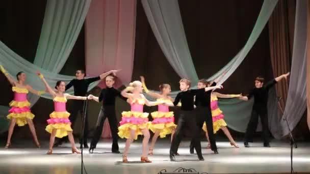 Kinder tanzen auf der Bühne