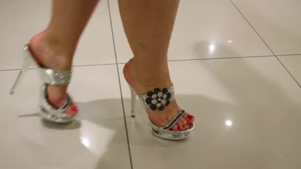žena v lesklé boty
