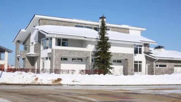 Großes modernes Wohnhaus