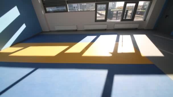 pokoj s modrými a bílými stěnami