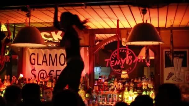Mädchen tanzt auf Bar im Thema