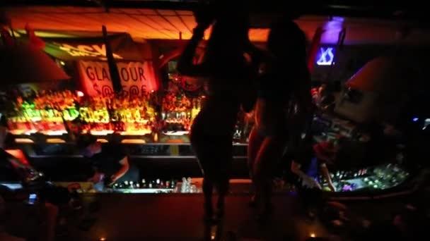 Zwei Mädchen tanzen auf Bartresen