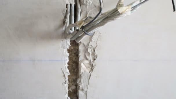 Dráty na betonovou zeď