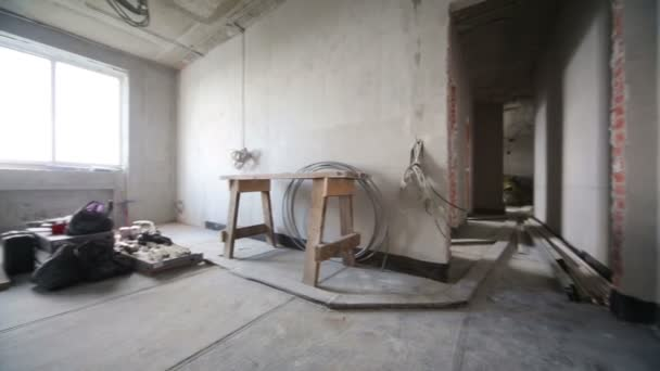 Pokoj s šedé betonové stěny