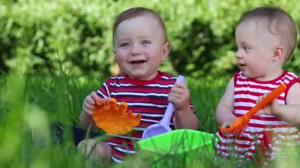 Dvě děti na zelené trávě